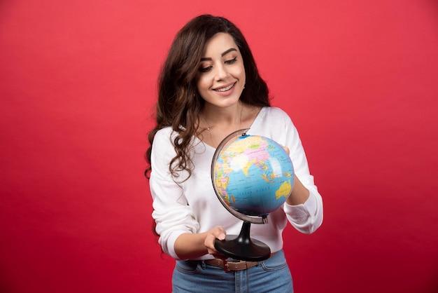 세계를 행복 하 게보고하는 젊은 여자. 고품질 사진