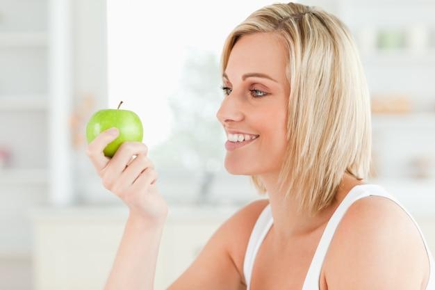 녹색 사과보고 젊은 여자