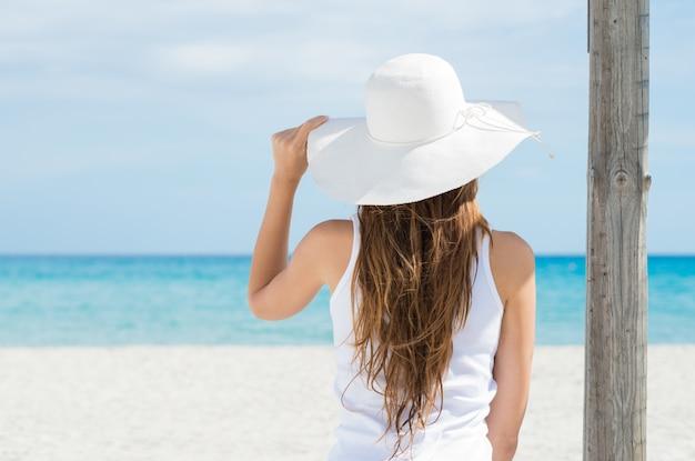 海を見て若い女性 Premium写真