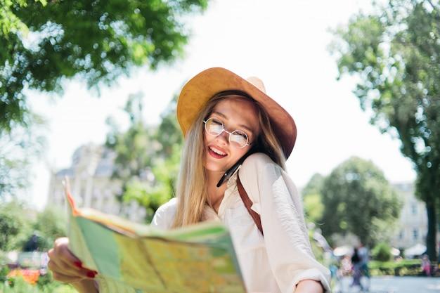市内地図を見て若い女性