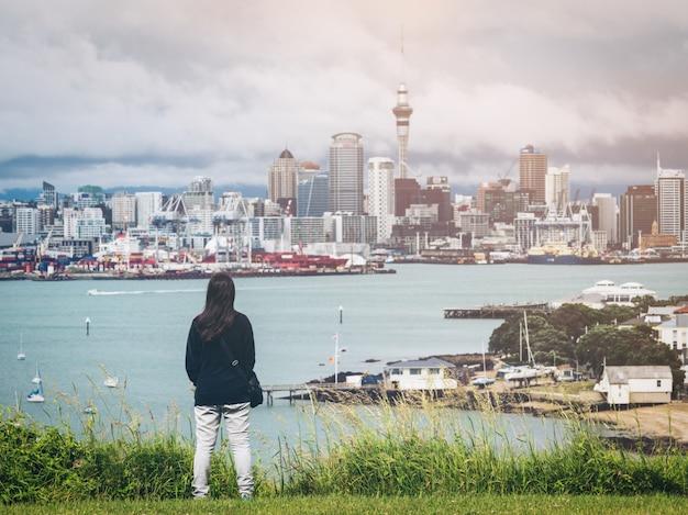 Молодая женщина, глядя на город окленд