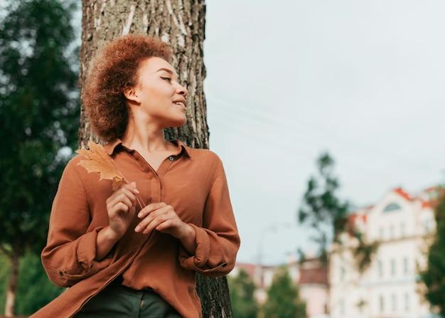 Молодая женщина, глядя с копией пространства
