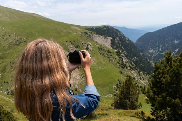 Giovane donna che guarda una bellissima vista della natura