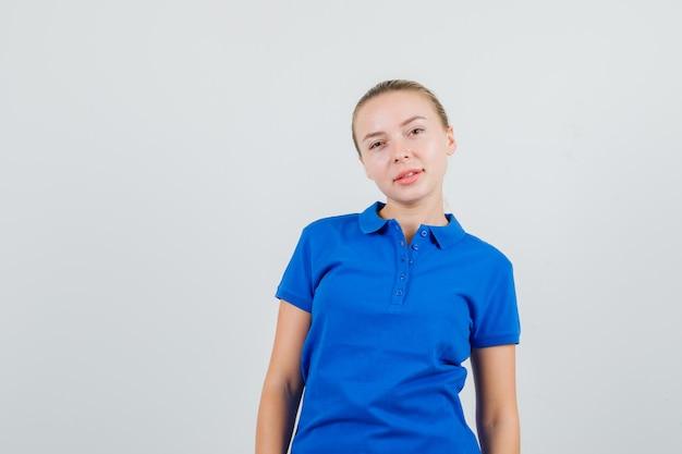 青いtシャツを見て、素敵に見える若い女性