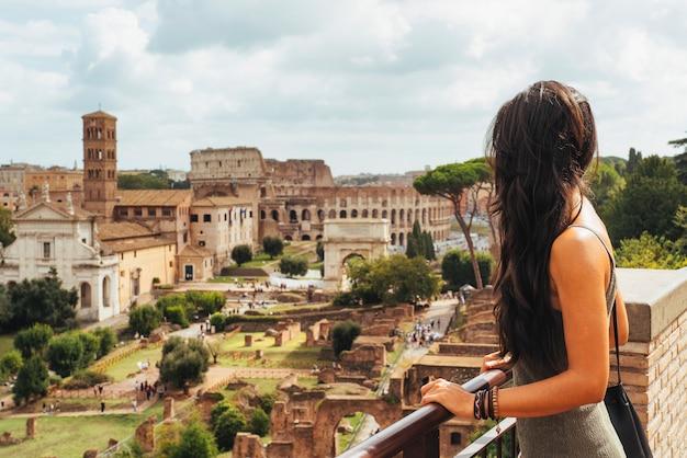 パラティーノマウントからローマのフォーラムを探している若い女性