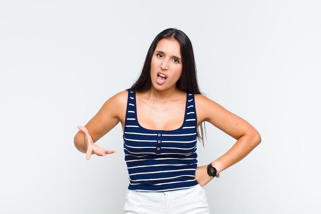 ショックを受けた、怒った、イライラした、または失望した、口を開けて激怒している若い女性