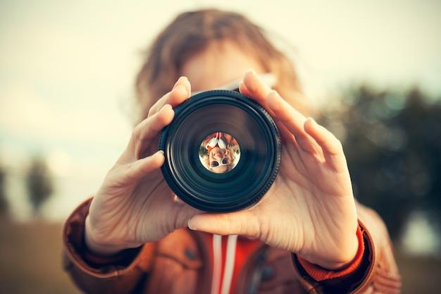 카메라 렌즈를 통해 보는 젊은 여자