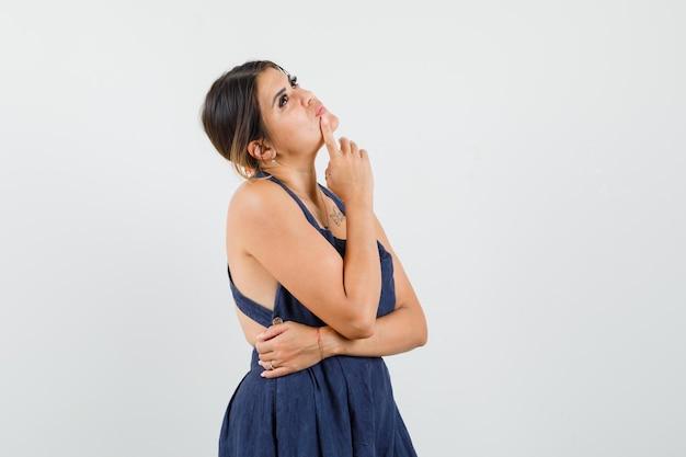 ドレスを着て見上げると夢のような若い女性