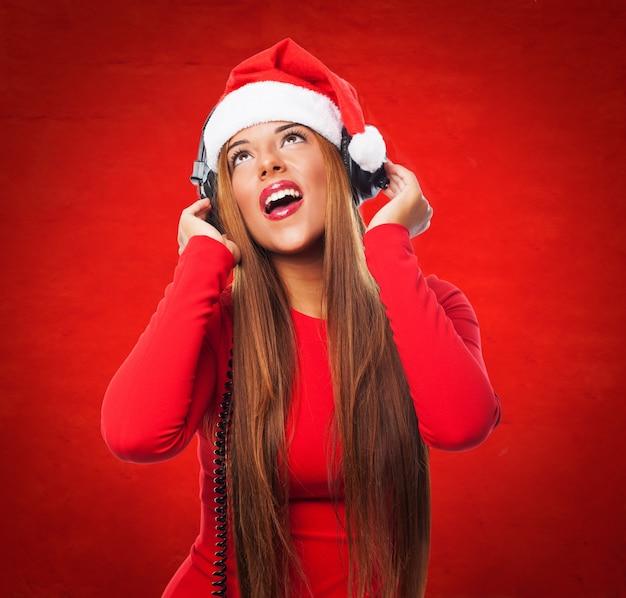 La giovane donna alzando lo sguardo e l'ascolto di musica