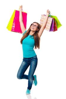 Молодая женщина, любящая летнюю распродажу
