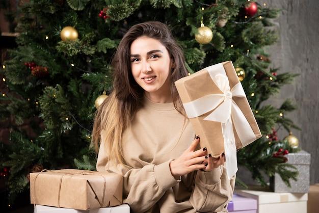 크리스마스 선물 푹신한 카펫에 누워 젊은 여자.