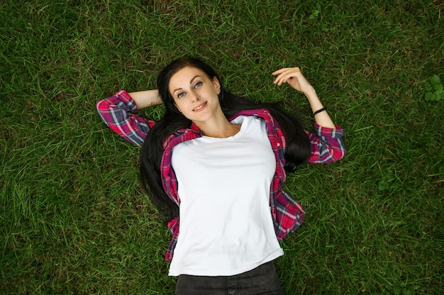 여름 공원, 평면도에서 잔디에 누워 젊은 여자