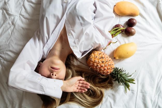 Молодая женщина, лежа на кровати