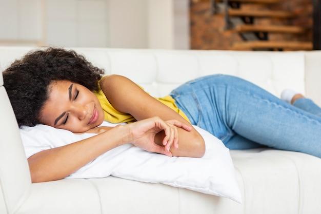 Молодая женщина, лежа на диване