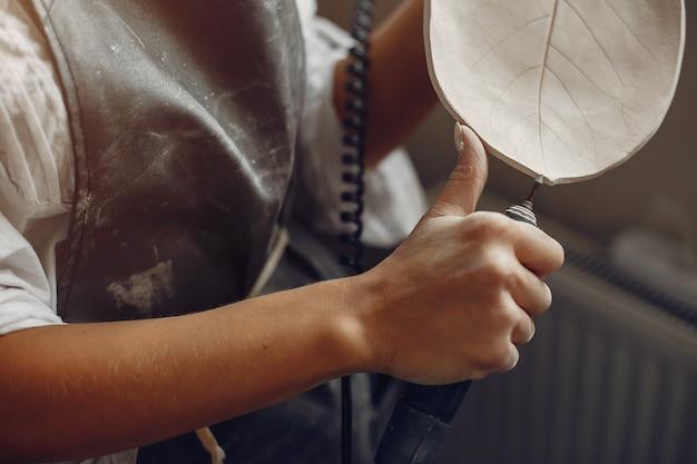 워크숍에서 도자기를 만드는 젊은 여자