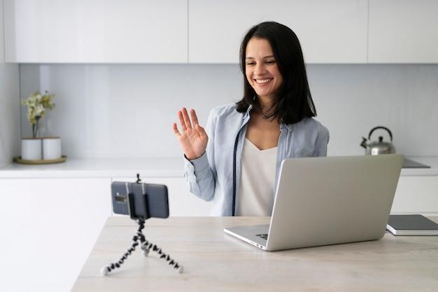自宅でvlogを作る若い女性