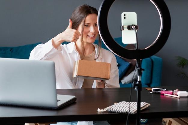 Молодая женщина делает распаковку видеоблога