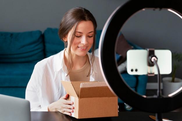 箱から出してvlogを作る若い女性