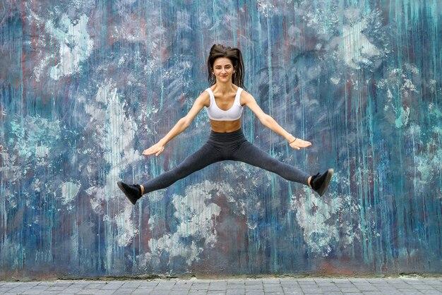 都市景観の大都市で演習を行う若い女性