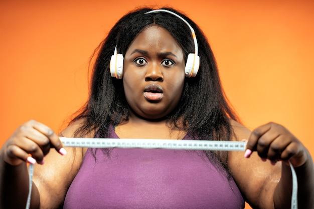 Молодая женщина делает пилатес и функциональные тренировки в тренажерном зале