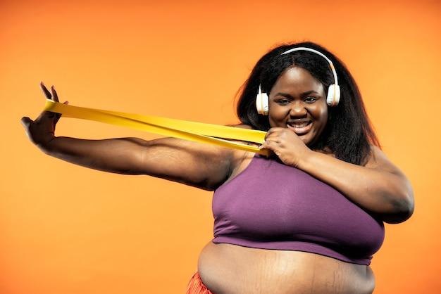 체육관에서 필라테스와 기능 훈련을 하는 젊은 여성