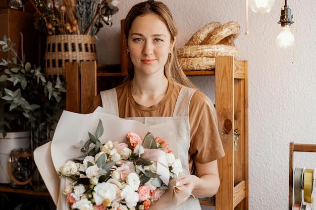 Giovane donna che fa una bella disposizione floreale