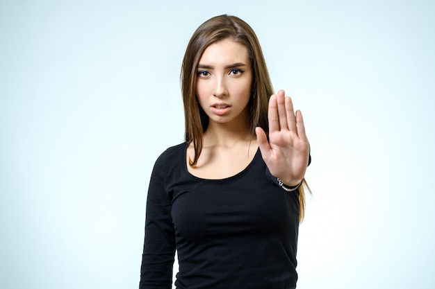 Молодая женщина делает позу отказа