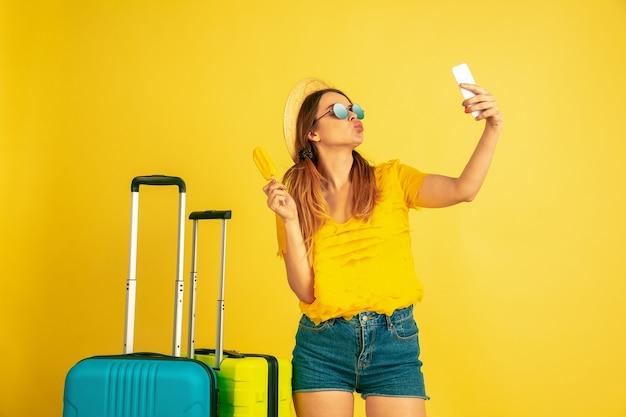 Giovane donna che fa selfie prima del viaggio