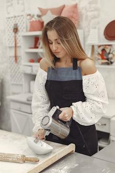 모양의 쿠키를 만드는 젊은 여자