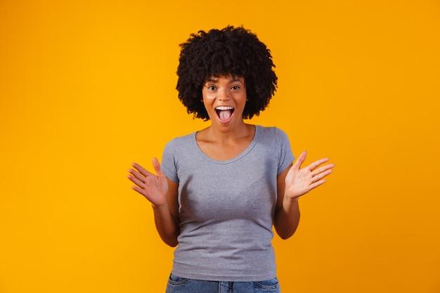 Молодая женщина, делая удивленное выражение