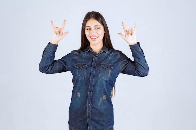 Wodl頭の手サインを作る若い女性 無料写真