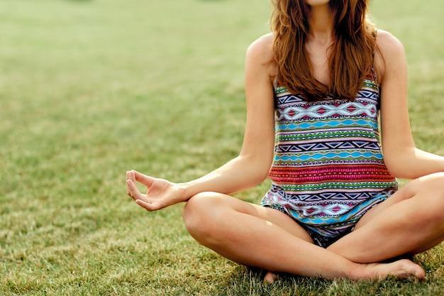 若い女性は、ヨガの練習中に瞑想します。自由の概念。