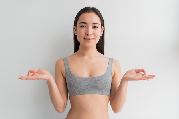 Молодая женщина медитирует