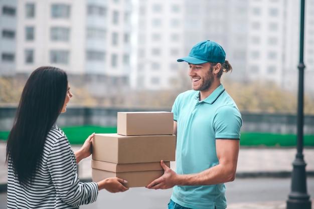 Молодая женщина встречает доставщика