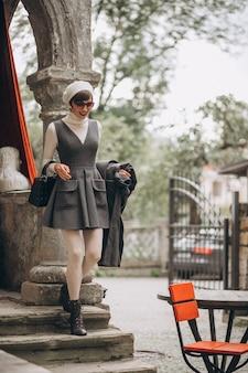 거리에서 포즈를 취하는 젊은 여자 모델