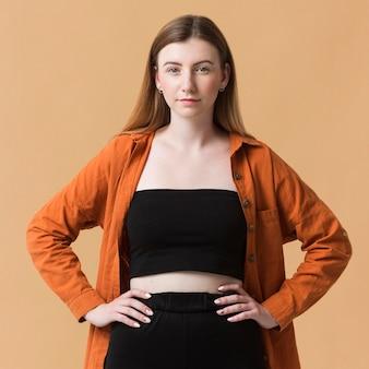 Молодая женщина модель позирует