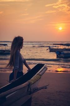 Молодая женщина возле лодки