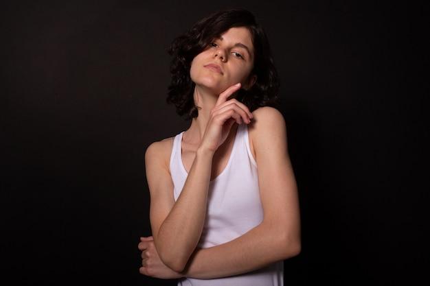 若い女性は写真撮影のためのポーズをとらない。手がやさしく顔に触れます。シンケア