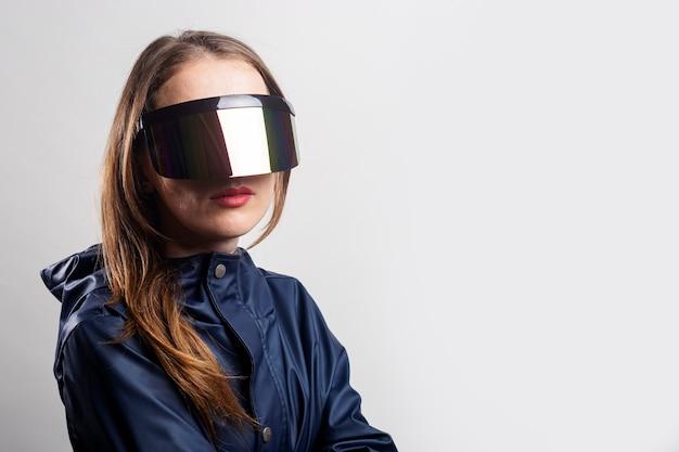 가상 현실 안경과 밝은 배경에 파란색 재킷을 입은 미래의 젊은 여성.