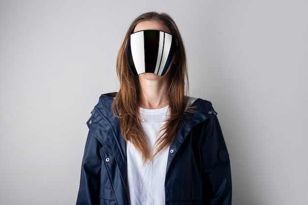 가상 현실 안경 얼굴의 미래의 젊은 여성은 밝은 배경에서 볼 수 없습니다.
