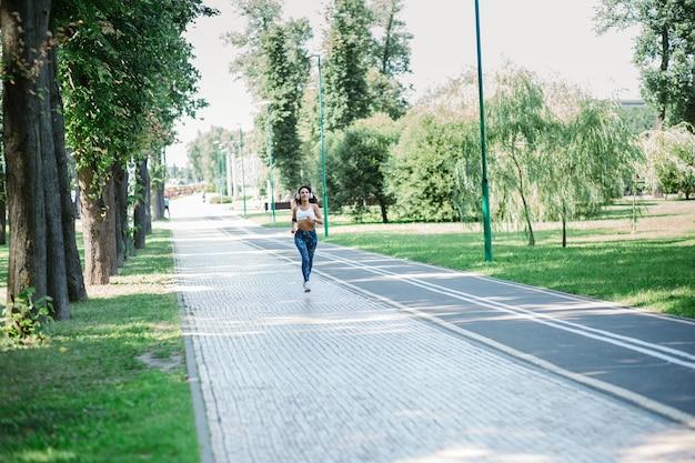 도시 공원에서 아침 조깅을 하는 젊은 여성