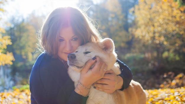 秋田犬の犬種と散歩に若い女性