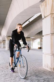 자전거에 젊은 여자