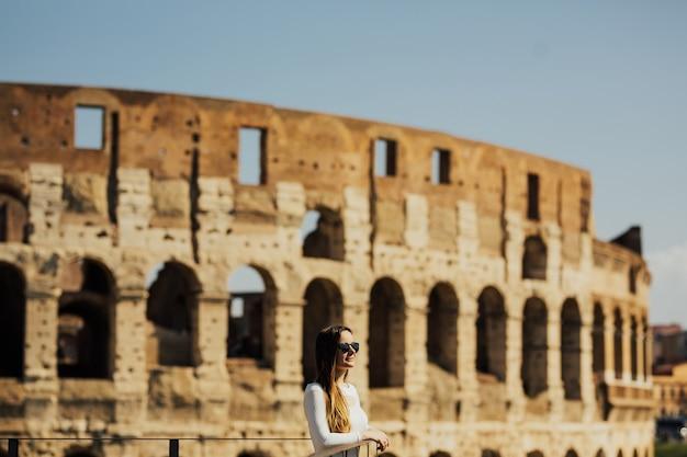 コロッセオの若い女性