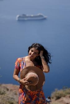 休日、サントリーニ島イア町ギリシャの若い女性