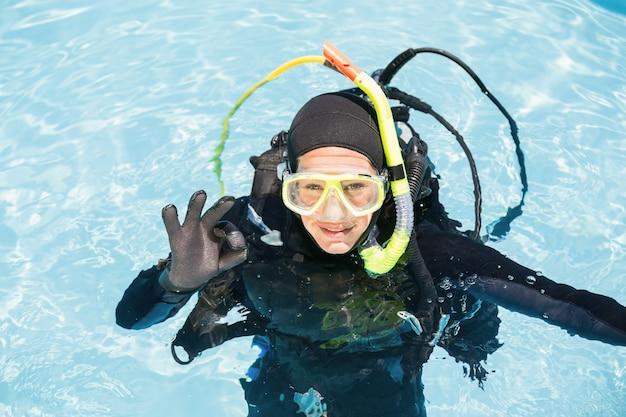スキューバダイビングの訓練の若い女性