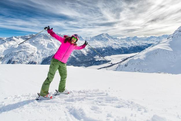 Молодая женщина на лыжах в зимний горный курорт