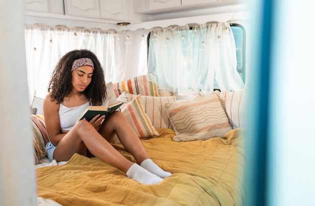 Молодая женщина в отпуске с кемпером путешествие с автокараваном