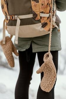 冬の日の若い女性がクローズアップ