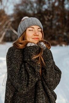 Молодая женщина в зимний день